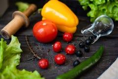 Della verdura vita ancora Il processo di cottura dell'insalata di verdure fotografia stock libera da diritti