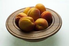 Delle albicocche fresche disposte in un bowl_2 di legno Fotografie Stock