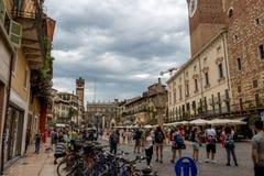 Delle Erbe della piazza a Verona, Italia, un giorno nuvoloso a 25 del giugno 2017 Fotografie Stock