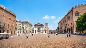 著名广场delle Erbe在Mantua,伦巴第,意大利 免版税库存照片