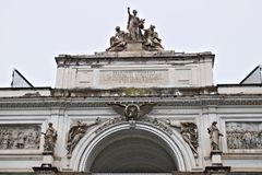 Delle Esposizioni de Palazzo em Roma Frontão com grou escultural foto de stock