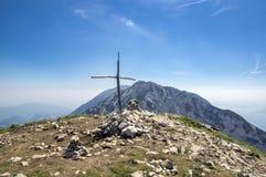 Delle Pozzette, incrocio di legno sulla cima di una montagna, traccia di escursione Alta Via del Monte Baldo di Cima Fotografia Stock