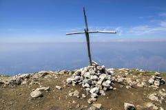 Delle Pozzette, incrocio di legno sulla cima di una montagna, traccia turistica Alta Via del Monte Baldo di Cima Immagine Stock Libera da Diritti