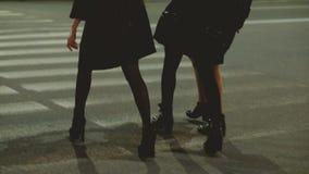 Delle ragazze città di camminata della via di notte di umore festivo fuori archivi video