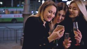 Delle ragazze di notte luci della città di umore del partito di celebrazione fuori stock footage