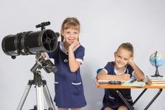 Delle ragazze pensiero degli astronomi misteriosamente Immagini Stock Libere da Diritti