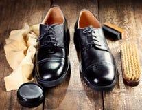 Delle scarpe accessori neri con attenzione Immagini Stock Libere da Diritti