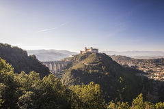 Delle Torri de Spoleto Italia-Rocca Albornoziana y de Ponte Imagen de archivo libre de regalías