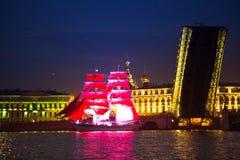 Delle vele della celebrazione il color scarlatto mostra durante il festival di notti bianche Fotografie Stock