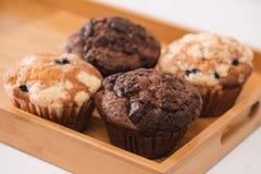 Dellicious eigengemaakte muffins op lijst Zoete Gebakjes royalty-vrije stock foto