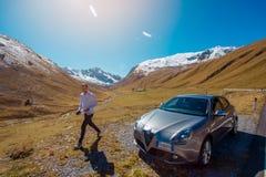 Dello Stelvio Passo, Италия, двадцать первый из сентября 2017: Укомплектуйте личным составом идти около автомобиля Romeo Giuliett Стоковое фото RF