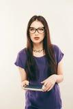 Dello studente della ragazza libro di lettura attentamente, spazio libero Ritratto della giovane donna in vetri che studing con a Fotografie Stock Libere da Diritti