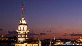 Dello zoom timelapse fuori della torre nubile o di Kiz Kulesi con fare galleggiare le barche turistiche su Bosphorus a Costantino stock footage