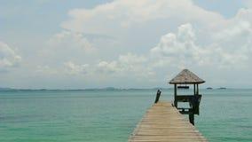 Dello zoom via fuori al pilastro sul mare alla spiaggia di solitudine, HD pieno archivi video
