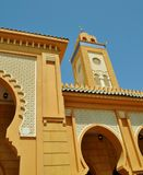 Delma街的阿布扎比美丽的清真寺 免版税库存照片