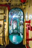 Delningar med röret och trådar på hangarfartyget arkivbild