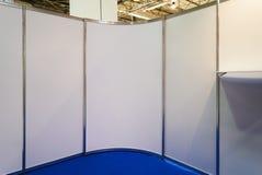 Delningar och utrustning för visningslokal plast-, inomhus expo royaltyfri bild