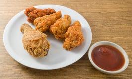 Delocious Fried Chicken Wings profond avec de la sauce images libres de droits