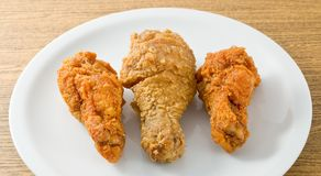 Delocious Fried Chicken Wings sur le plat blanc photos stock