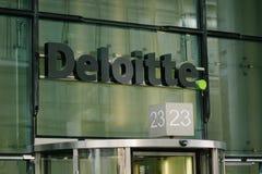 Deloitte logo na biznesowym budynku przodzie