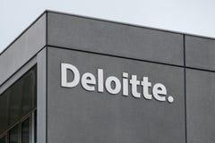 Deloitte znak na fasadzie i logo fotografia stock