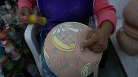 Delores Hidalgo, México 10 de enero de 2017: Mujeres que pintan la cerámica almacen de video