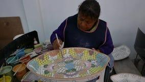 Delores Hidalgo, México 10 de enero de 2017: Mujeres que pintan la cerámica almacen de metraje de vídeo