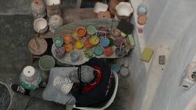 Delores Hidalgo, Messico 10 gennaio 2017: Terraglie di verniciatura della gente video d archivio