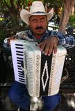 Delores Hidalgo Mexico-Januari 10, 2017: Blind mexicansk dragspels- spelare arkivbild