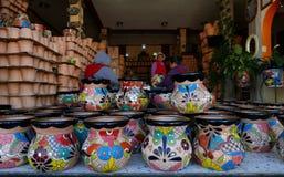 Delores Hidalgo, Mexique 10 janvier 2017 : Femmes peignant la poterie photographie stock
