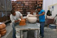 Delores Hidalgo, Mexique 10 janvier 2017 : Hommes peignant la poterie photographie stock libre de droits