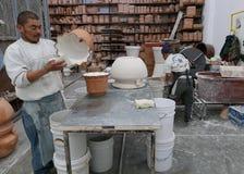 Delores Hidalgo, Mexique 10 janvier 2017 : Hommes peignant la poterie image stock