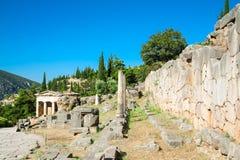 Delphes, ruines de différents tombeaux Vue fine sur le site archéologique sur le bâti Parnassus La Grèce, l'UNESCO photo libre de droits