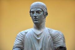 Delphi Archaeological Museum staty av en körsven arkivbilder