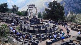 DELPHI GREKLAND - CIRCA 2014: Turister på Delphi som deltar i religiös ceremoni lager videofilmer