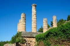 Delphi Grekland: Kolonnad av templet av Apollo med Delphi Oracle, mitt av grekisk kultur royaltyfria bilder