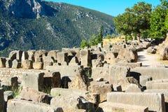 Delphi Grekland: Pittoreskt fördärvar på bakgrunden av gröna berg, mitt av grekisk kultur royaltyfri fotografi