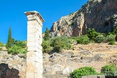Delphi Grekland: Pittoreskt fördärvar på bakgrunden av gröna berg, mitt av grekisk kultur arkivfoton