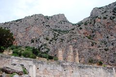 Delphi miasteczko Grecja 06 17 2014 Krajobraz natura skaliste góry blisko miasteczka Delphi w południe Grecja Zdjęcia Royalty Free