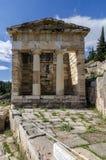 Delphi, Phocis/Grecia El ` del tesoro del ` de los atenienses era uno de los edificios más importantes y más impresionantes del t fotos de archivo