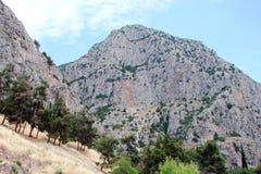 Delphi Town Greece 06 17 2014 Il paesaggio della natura delle montagne rocciose vicino alla città di Delfi nel sud della Grecia Fotografia Stock Libera da Diritti