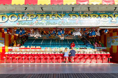 Delphin Derby Game am Funfair auf Brighton Pier stockbild