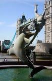 Delphin und Mädchen. Kontrollturm-Brücke. Lizenzfreie Stockbilder