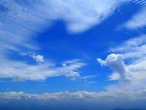 Delphin-Wolke im blauer Himmel-Hintergrund Stockfotografie