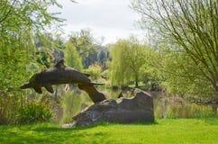 Delphinskulptur in der Natur Stockbild
