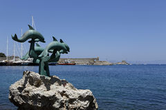 Delphinstatue in Rhodos Stockbild