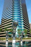 Delphinstatue und Geschäftsgebäude Lizenzfreie Stockfotos