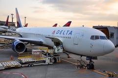 Delta波音767-332 (ER)在机场 库存照片
