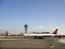 Delta飞机坐跑道在LAX 库存图片