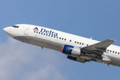 Delta Air Lines Boeing 737-800 aerei che decollano dall'aeroporto internazionale di Los Angeles Fotografie Stock